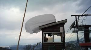 リフト小屋の屋根の雪