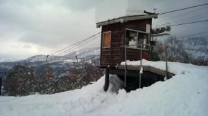 小屋の下に落ちた雪