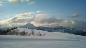 スキー場頂上から見える明星山と黒姫山