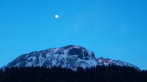 駒ヶ岳にかかる月