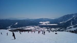 岩岳頂上から見る白馬村とみねかたスキー場